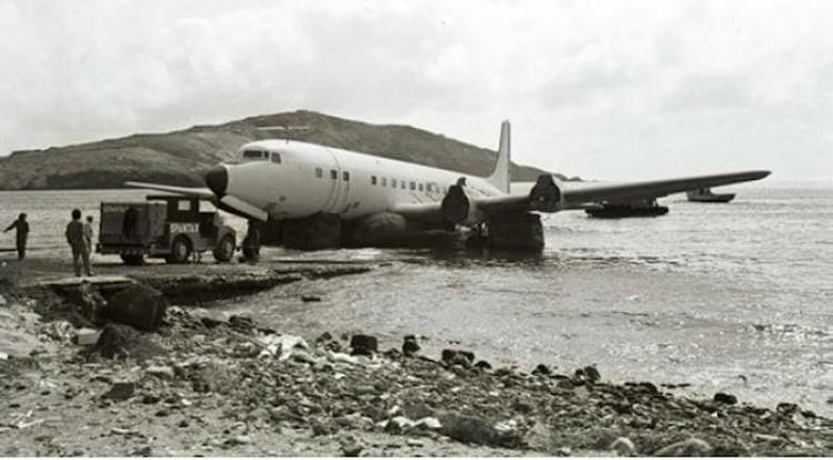 Enrique Vera Bencomo - Embarque del avión Douglas DC-7 de Spantax en la bahía de Gando